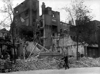 2001-2215 Gezicht op de door het Duitse bombardement van 14 mei 1940 getrofffen Hugo de Grootstraat. Restanten van de ...