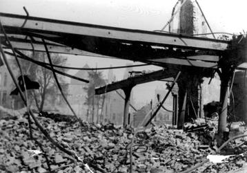 2001-2216 Gezicht op de door het Duitse bombardement van 14 mei 1940 getrofffen Hugo de Grootstraat. Restanten van ...
