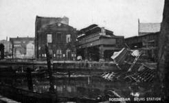 2001-2221 Gezicht op de door het Duitse bombardement van 14 mei 1940 getroffen Kolk met het Beursstation gezien vanaf ...