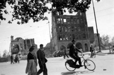 2001-2223 Puinresten na het bombardement van 14 mei 1940. Gezicht op de Zuidblaak, kantoorpand van De Nederlanden, van ...