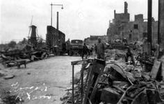 2001-2231 Gezichti n de door het Duitse bombardement van 14 mei 1940 getroffen Hoogstraat . De restanten van panden in ...