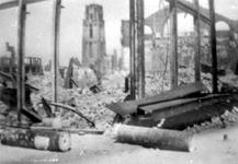 2001-2232 Gezicht op de door het Duitse bombardement van 14 mei 1940 getroffen Hoogstraat . De restanten van een ...