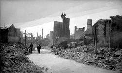 2001-2235 Gezicht op de door het Duitse bombardement van 14 mei 1940 getroffen Hoogstraat. Met restanten van panden. ...