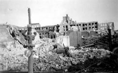 2001-2243 Gezicht op de door het Duitse bombardement van 14 mei 1940 getroffen omgeving van de Hoogstraat en de ...