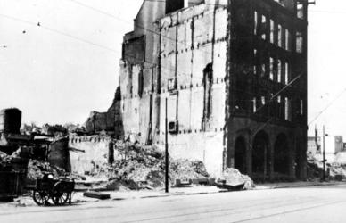 2001-2264 Puinresten na het bombardement van 14 mei 1940. Gezicht op de Zuidblaak, kantoorpand van De Nederlanden, van ...