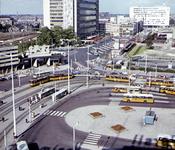 2001-2447 Gezicht op het Stationsplein vanaf het Groothandels- gebouw. Op de achtergrond de Delftsestraat met het ...