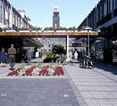 2001-2456 Gezicht op de Lijnbaan. Op de achtergrond de toren van het stadhuis.