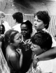 2001-903 26 mei 1987Schoolkinderen die het brandende zwembad West zijn ontvlucht, worden buiten opgevangen