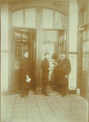 -942 De foto's in het album tonen het bankgebouw aan de Blaak, vóór de verbouwing in 1930 – 1934 (de oudst-gedateerde ...