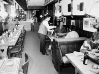 2001-965 Interieur van restaurant Boris aan de Diergaardesingel met enkele gasten en op de achtergrond een vioolspeler.