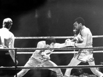 2001-988-1-TM-2 Een bokswedstrijd tussen Alex Blanchard en Aldo Travesaro.Foto 1 van links naar rechts : scheidsrechter ...