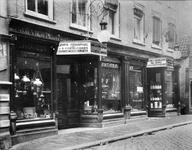 2002-1249 Winkelpand van J.G. Viertelhausen aan de Korte Hoogstraat. N.B. De teksten op de borden boven de deuren zijn ...