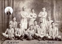 2002-1919 Groepsportret van de Rooms Katholieke voetbalvereniging Sempre Avante, met in de inzet een portret van een ...