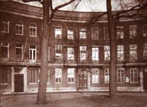 2002-1976 Gezicht op panden aan de Veerkade. Het middelste pand was tot 1908 het woonhuis van Mr. Marten Mees.