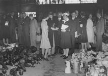 -2143 Album met foto's van herdenkingen, feesten, militaire demonstraties en Canadese militairen voornamelijk ...