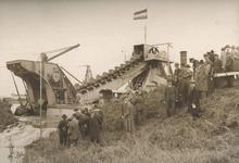 2002-260 Het doorgraven van de Lange Bakkersoordsche Dijk bij de Lage Petroleumhaven in Pernis.