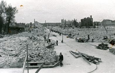 2003-1110 Gezicht in de door het Duitse bombardement van 14 mei 1940 getroffen Dijkstraat. Als gevolg van het ...
