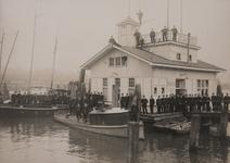 2003-1278 Het voltallige personeel van de rivierpolitie poserend bij en op het bureau van de rivierpolitie in de Parkhaven.