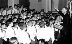 -204 Fotoalbum van de opvoering van het passiespel in het R.K. Verenigingsgebouw aan het Afrikaanderplein ...