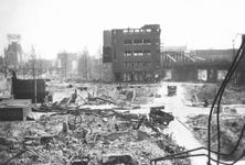 2003-526-6 Gezicht op de door het Duitse bombardement van 14 mei 1940 getroffen Moriaansplein hoek van de Hoogstraat. ...