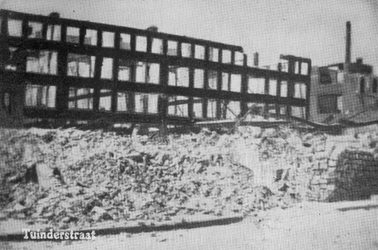 -527 Album met foto's van diverse straten en gebouwen in de stad die door het bombardement van 14 mei 1940 ...