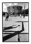 2003-767 Een groep jongens speelt basketbal op een plein.