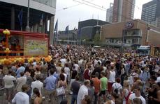 2004-1115 Vele toeschouwers kijken en luisteren naar de Dance Parade op de Coolsingel.