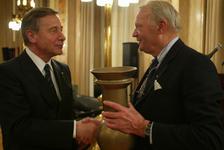 2004-1326 Mr.G.J. Doeksen (rechts) reikt in de Burgerzaal van het stadhuis de Von der Gablenz-prijs uit aan Wolfgang ...
