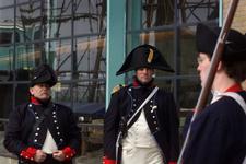 2004-1332 Vrijwilligers, verkleed als zeesoldaten, bij het nagebouwde linieschip De Delft aan de Schiehaven.