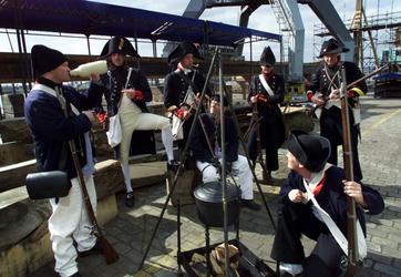 2004-1333 Vrijwilligers, verkleed als zeesoldaten, op het nagebouwde linieschip De Delft aan de Schiehaven.