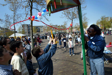 2004-1340 Kinderen doen mee aan één van de acitviteiten ter gelegenheid van de gerenoveerde Moorse fontein op het Noordplein.