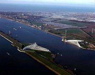2004-1983 De Nieuwe Waterweg met de Maeslantkering, de stormvloedkering nabij Hoek van Holland.