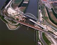 2004-1984 Luchtopname van het Hartelkanaal en de Dintelhaven met Dintelhavenbrug.