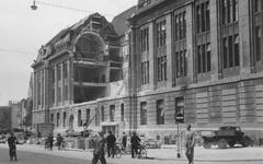 2004-324 Gezicht op de door het Duitse bombardement van 14 mei 1940 getroffen zuidelijke gevel van het postkantoor aan ...