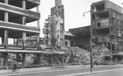 2004-328 Gezicht op de door het Duitse bombardement van 14 mei 1940 getroffen warenhuis de Bijenkorf aan de ...