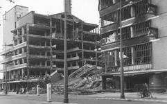 2004-329 Gezicht op de door het Duitse bombardement van 14 mei 1940 getroffen warenhuis de Bijenkorf aan de ...