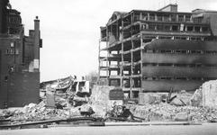 2004-344 Gezicht op de door het Duitse bombardement van 14 mei 1940 getroffen achterkant van het warenhuis De Bijenkorf ...
