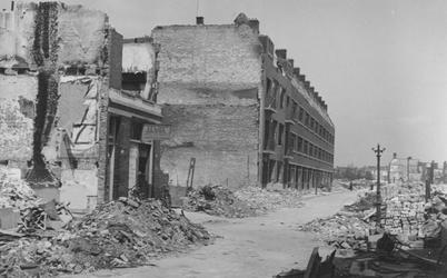 2004-349 Gezicht in de door het Duitse bombardement van 14 mei 1940 getroffen Dijkstraat. Als gevolg van het ...