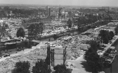 2004-350 Gezicht op de door het Duitse bombardement van 14 mei 1940 getroffen gebied bij de Nieuwehaven met de ...