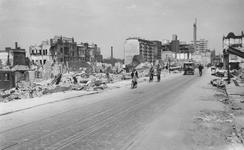 2004-351 Gezicht op de door het Duitse bombardement van 14 mei 1940 getroffen Schiedamsedijk. Als gevolg van dit ...