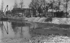 2004-352 Gezicht op de door het Duitse bombardement van 14 mei 1940 getroffen Blaak. De Blaak wordt met puin gedempt. ...
