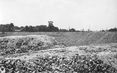 2004-353 Gezicht op de door het Duitse bombardement van 14 mei 1940 getroffen Land van Hoboken, welke een opslagplaats ...