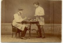 2004-443 Tandarts A. J. W. Koenaart ( zittend ) in zijn behandelkamer aan de Open Rijstuin 67. De staande figuur is ...