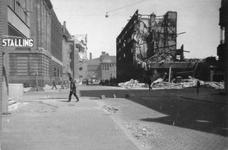 2004-468 Gezicht op de door het Duitse bombardement van 14 mei 1940 getroffen Meent.en Zandstraat. Links het ...