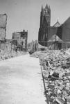 2004-470 Gezicht in de door het Duitse bombardement van 14 mei 1940 getroffen Crispijnlaan met restanten van de NH ...