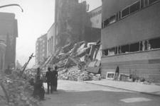 2004-471 Gezicht in de door het Duitse bombardement van 14 mei 1940 getroffen Baan en Gedempte Vest. Met de achterkant ...