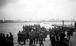 2004-495-1 Gezicht op de Nieuwe Maas met een groep Duitse militairen, en een paar jongens en mannen aan de noordelijke ...