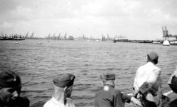 2004-495-13 Gezicht op de Waalhaven. .Met op de voorgrond een boot met Duitse militairen.