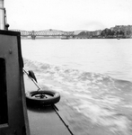 2004-495-5 Gezicht op de Nieuwe Maas vanaf een boot met een groep Duitse militairen, verderop de Maasbruggen met rechts ...