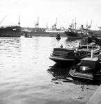 2004-495-7 Gezicht in de Rijnhaven met op de achtergrond het schip Dinteldijk.